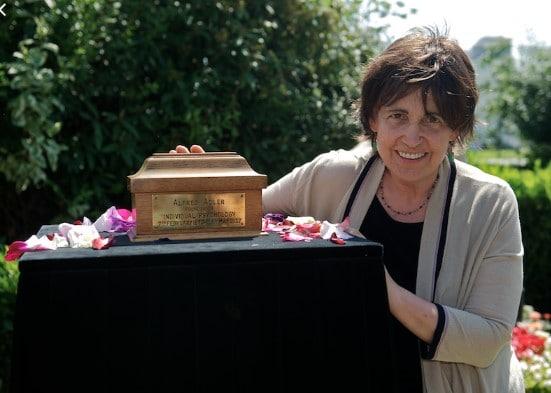 Margot Adler – Enkelin von Alfred Adler mit der Urne
